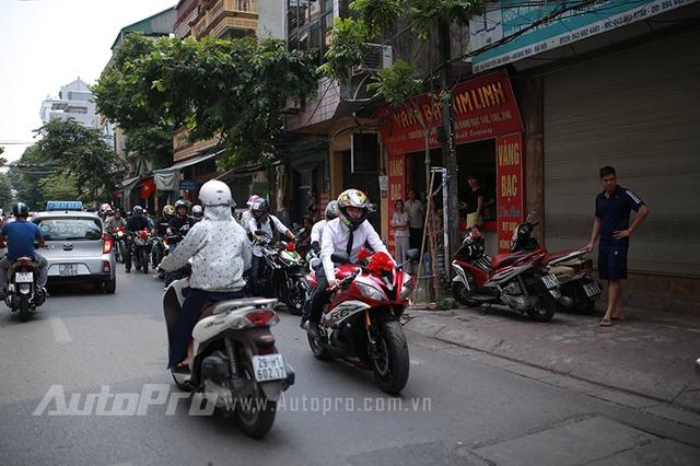 Theo sau là những biker khác điều khiển Yamaha R6...