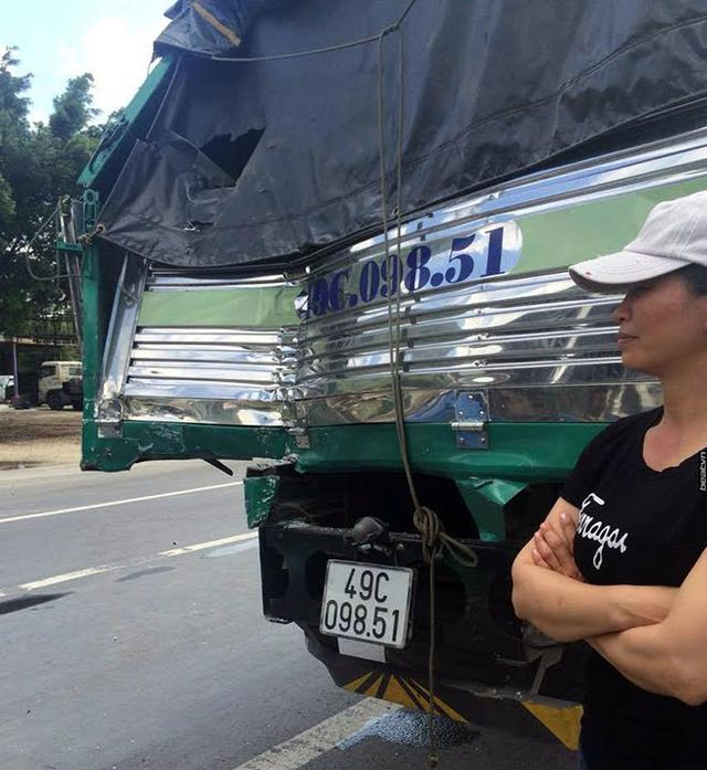 Chiếc xe tải của tài xế Phạm Văn Bắc với phẩn đuôi xe bị móp méo.
