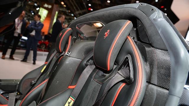 Chưa hết, Ferrari LaFerrari Aperta còn có độ cứng xoắn ngang ngửa phiên bản coupe. Hệ số lực cản không khí của Ferrari LaFerrari Aperta cũng bằng với phiên bản coupe, ngay cả khi mở mui. Tất cả kết hợp lại thành cây cầu bay bằng sợi carbon, theo cách gọi của hãng Ferrari.