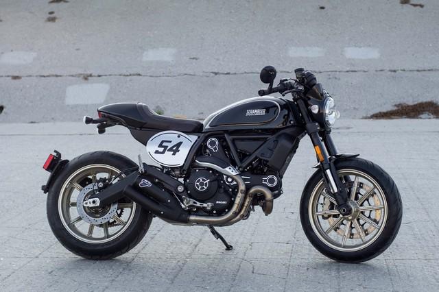 Xe vẫn giữ thiết kế cơ bản của Ducati Scrambler nhưng được bổ xung các chi tiết nhấn nhá mang dấu ấn Cafe Racer.