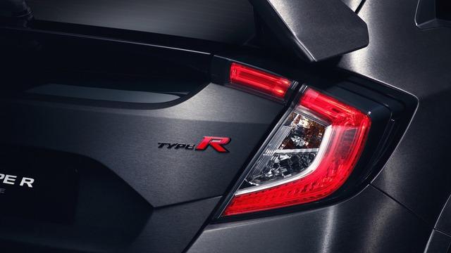Trong triển lãm Paris năm nay, điểm nhấn tại gian hàng của hãng Honda chính là mẫu xe hatchback hiệu suất cao Civic Type R 2018. Hãng Honda gọi Civic Type R 2018 xuất hiện trong triển lãm Paris năm nay là xe nguyên mẫu. Tuy nhiên, ai cũng biết Honda Civic Type R 2018 phiên bản sản xuất sẽ có thiết kế không khác gì nguyên mẫu.