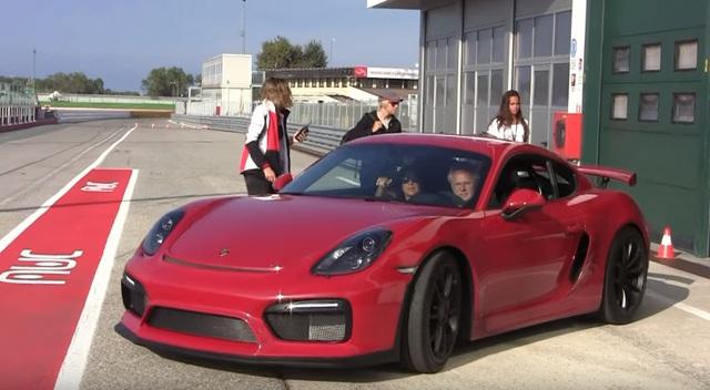 Porsche Cayman GT4 màu đỏ