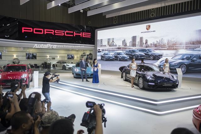 Màn ra mắt đơn giản nhưng thu hút của mẫu sedan thể thao hạng sang Porsche Panamera Turbo 2017.