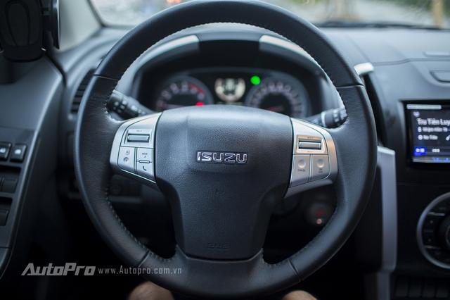Vô-lăng của Isuzu MU-X có thiết kế khá đơn giản nhưng lại được tích hợp đầy đủ các nút chức năng như thoại rảnh tay, tăng giảm âm lượng và cả kiểm soát hành trình.