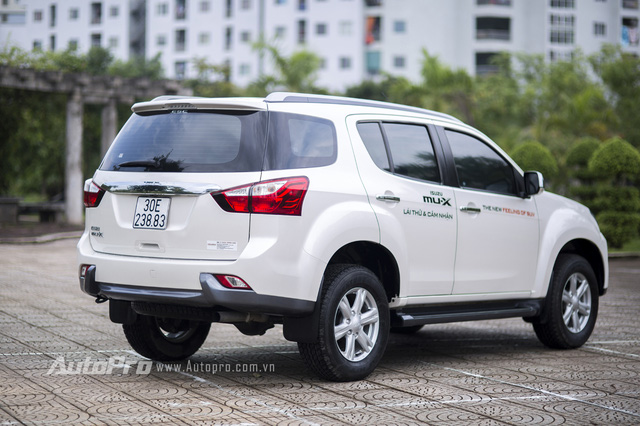 Phần đuôi xe Isuzu MU-X vuông vắn đặc trưng của dòng SUV.