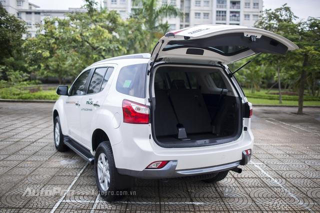 Với chiều dài 4.825 mm, Isuzu MU-X mang lại nhiều không gian bên trong xe. Các hàng ghế của xe có thể gập lại để tăng diện tích khoang hành lý. Trong đó, hàng ghế thứ hai gập 60:40 và hàng ghế thứ 3 gập 50:50.