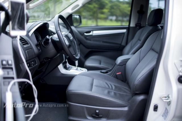 Isuzu MU-X được trang bị nội thất bọc da cùng ghế lái điều chỉnh điện khá thoải mái.