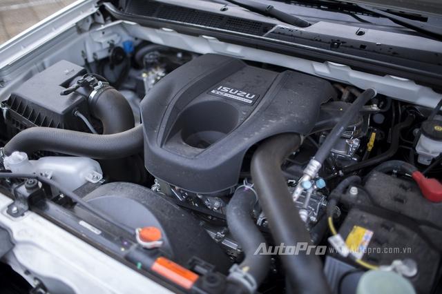 Bên dưới nắp ca-pô của Isuzu MU-X là hai phiên bản động cơ dầu dung tích 2,5 lít và 3.0 lít. Trong hình là khối động cơ 3.0 lít của Isuzu MU-X có khả năng sản sinh công suất 163 mã lực và mô-men xoắn cực đại 380 Nm. Động cơ kết hợp với hộp số tự động 5 cấp.