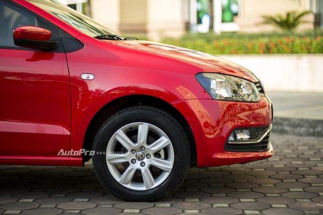 Đèn pha kích thước lớn cùng cản trước với những đường mạ crôm là điểm nhấn của Volkswagen Polo hatchback nhưng không có nhiều đường nét kiểu thể thao như Toyota Vios hay Honda City. Thiết kế bên ngoài của Volkswagen Polo mang đến cảm giác đơn giản và hơi có phần cục mịch.
