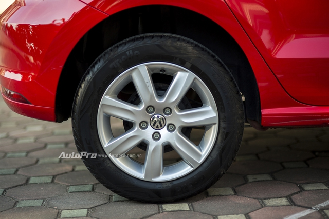 Volkswagen Polo được trang bị bộ vành 7 chấu có kích thước 15 cung hệ thống phanh đĩa ở bánh trước và phanh tang trống ở bánh sau. Điều này tương tự với các đối thủ cùng phân khúc.
