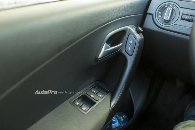 Hệ thống kính, gương chiếu hậu được điều khiển điện và Volkswagen Polo hatchback có tính năng tự động khoá cửa khi xe di chuyển để bảo đảm an toàn.