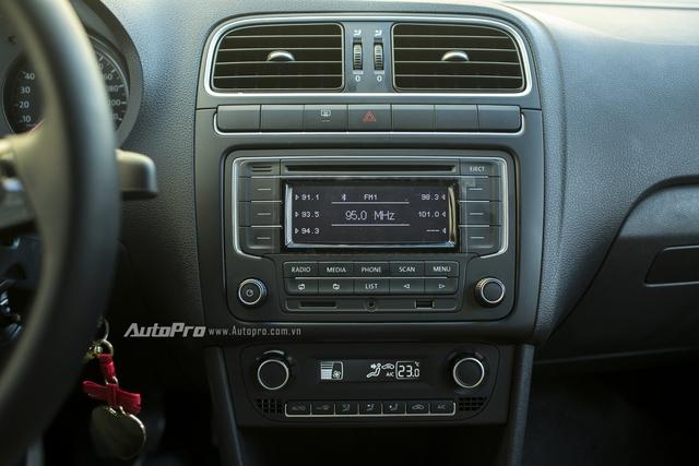 Dù thiết kế khá đơn giản nhưng Volkswagen Polo vẫn có đầy đủ các tính năng như kết nối bluetooth, đầu CD hay kể cả hệ thống điều hoà tự động một chiều.