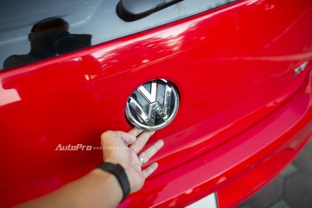 Điểm nhấn của Volkswagen Polo hatchback chính là ở lẫy mở cốp sau tích hợp vào ngay logo Volkswagen ở phía sau xe.