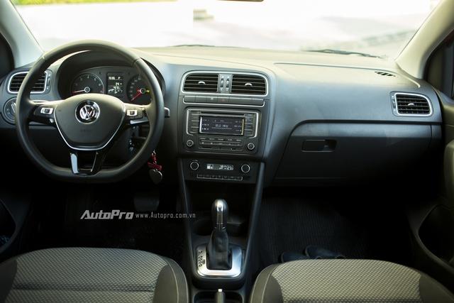 Không gian nội thất bên trong của Volkswagen Polo hatchback cũng khá đơn giản khi là sự kết hợp của nhựa và nỉ.