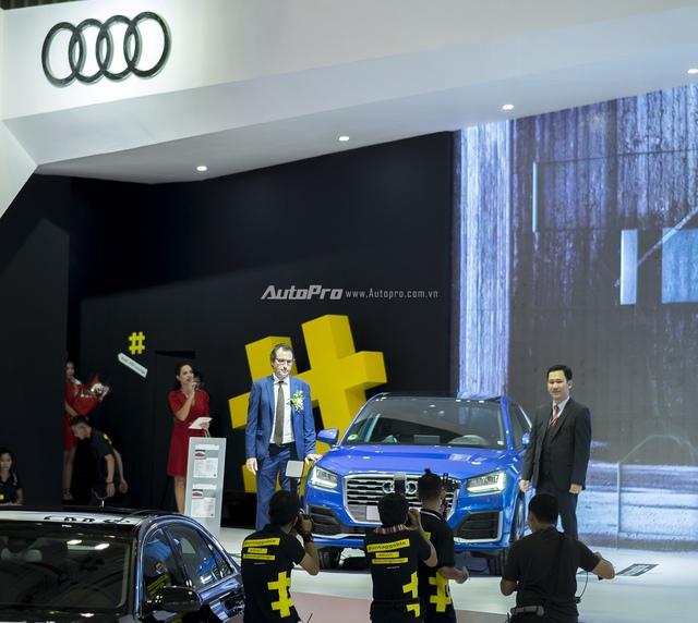 Ông Laurent Genet và ông Trần Tần Trung bên chiếc xe Audi Q2 vừa được ra mắt.