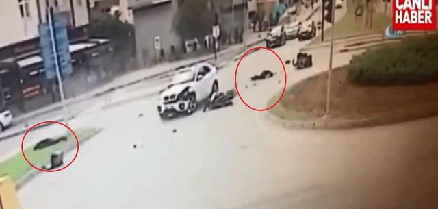 2 người lái mô tô bị thương nặng, nằm tại hiện trường vụ tai nạn. Ảnh cắt từ video