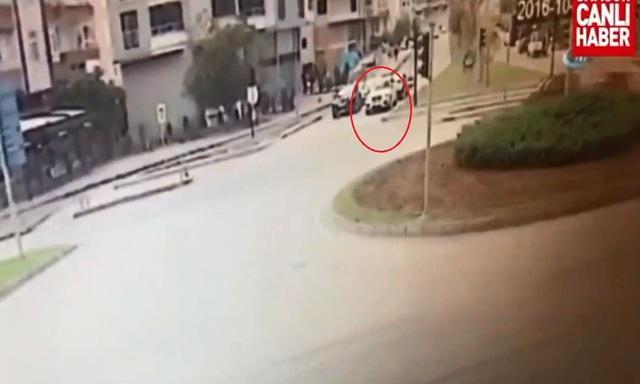 Chiếc SUV BMW dừng chờ đèn đỏ ở ngã tư. Ảnh cắt từ video