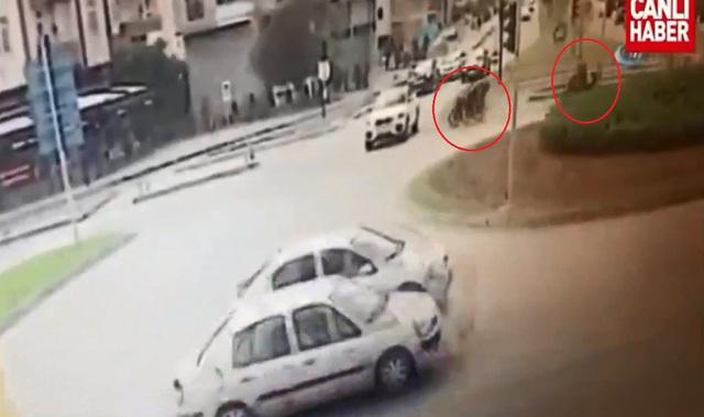 Chiếc BMW vượt đèn đỏ đúng lúc 2 người đi mô tô lao đến. Ảnh cắt từ video