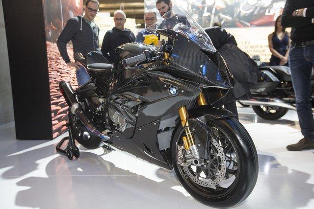 Đáng tiếc thay, BMW HP4 Race mới chỉ dừng lại ở mức xe concept. Trong khi đó, Ducati 1299 Superleggera là xe thương mại với 500 chiếc được sản xuất và có giá lên đến hơn 80.000 USD.