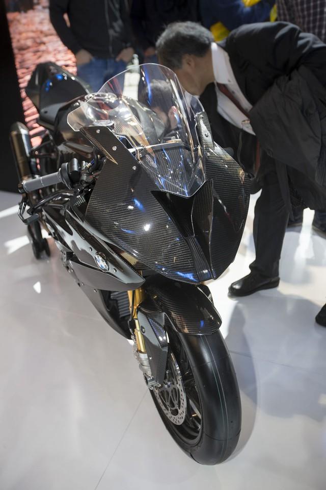 Bộ khung của BMW HP4 Race có thiết kế hơi khác so với loại bằng nhôm trên siêu mô tô S1000RR. Tuy nhiên, kích thước của bộ khung trên BMW HP4 Race lại vẫn tương đương với S1000RR.
