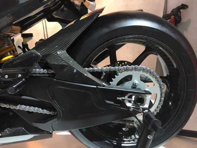 Khác với Ducati 1299 Superleggera, BMW HP4 Race đi kèm tay đòn bằng nhôm chứ không phải là sợi carbon.
