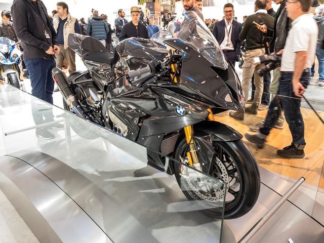 Trong triển lãm EICMA năm nay, người ta nhận thấy một xu hướng mới của các nhà sản xuất mô tô, đó là sử dụng nhiều vật liệu siêu nhẹ hơn cho xe. Nếu như Ducati có 1299 Superleggera thì BMW cũng không kém cạnh khi trình làng HP4 Race với bộ khung và vành la-zăng bằng sợi carbon bền, nhẹ, đắt tiền.