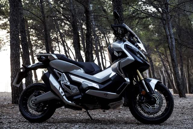 Trên thực tế, Honda X-ADV chính là phiên bản sản xuất của mẫu xe concept City Adventure từng ra mắt trong triển lãm EICMA 2015 cách đây 1 năm. Theo hãng Honda, X-ADV là sự kết hợp giữa khung gầm xe ga và phong cách xế off-road.