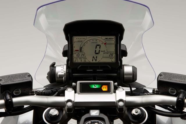Những trang bị ấn tượng khác của Honda X-ADV bao gồm kính chắn gió tùy chỉnh 5 mức, hệ thống đèn chiếu sáng dạng LED toàn bộ, cụm đồng hồ theo phong cách CRF450 Rally và ốp bảo vệ tay lái giống Africa Twin.