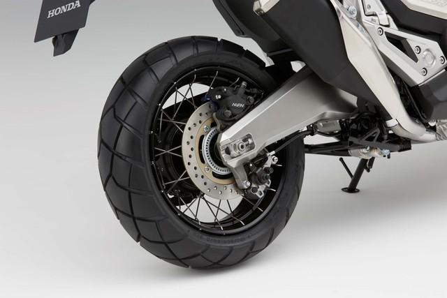 Tiếp đến là bộ vành 17 inch trước và 15 inch sau. Cả hai đều kết hợp với vành nan hoa bằng thép không gỉ và lốp mập mạp. Bánh xe còn đồng hành với cặp đĩa phanh 310 mm với kẹp phanh 4 piston phía trước. Trong khi đó, hệ thống chống bó cứng phanh ABS có trên cả 2 bánh để đáp ứng tiêu chuẩn Euro 4.