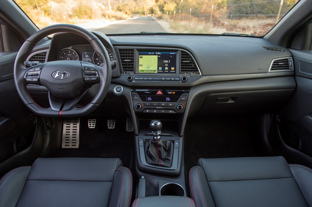Bên trong Hyundai Elantra Sport 2017 cũng có những chi tiết khác biệt so với phiên bản thường như nội thất bọc da, chỉ khâu màu đỏ đối lập, ghế sưởi thể thao phía trước, vô lăng đáy phẳng, trần xe màu đen, màn hình 7 inch, AM/FM/HD/SiriusXM, hệ thống thông tin giải trí tương thích Android Auto và Apple CarPlay...