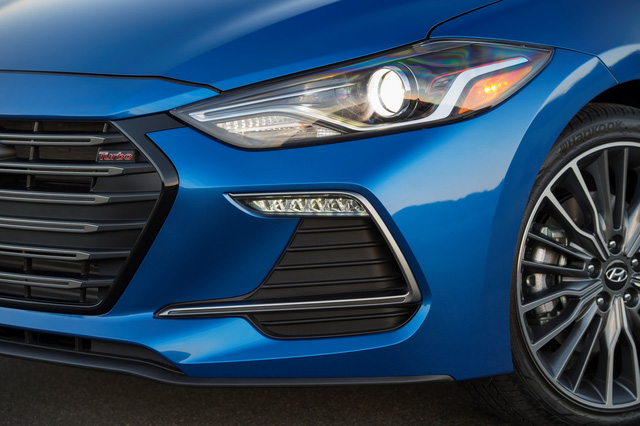Những điểm nhấn khác của Hyundai Elantra Sport 2017 bao gồm đèn pha HID, dải đèn LED định vị ban ngày...
