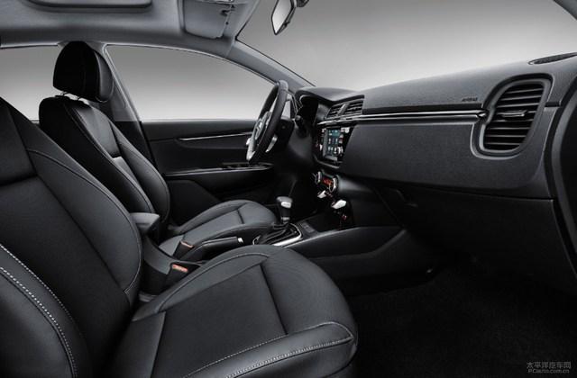 Một số chi tiết của Rio Hatchback 2017 được đưa vào bên trong Kia K2, trừ cụm đồng hồ, vô lăng 3 chấu tích hợp phím chức năng và nút chỉnh điều hòa. Ngay cả ghế ngồi bọc da cũng có thiết kế giống với Kia Rio Hatchback thế hệ mới.