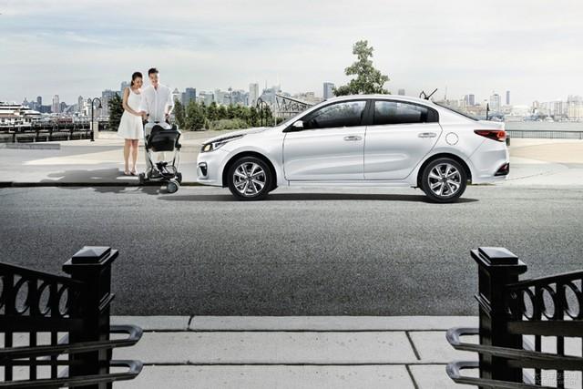 Bên sườn Kia K2 là đường viền cửa sổ tái thiết kế. Xe được trang bị bộ vành la-zăng 4 chấu 2 tông màu mới.