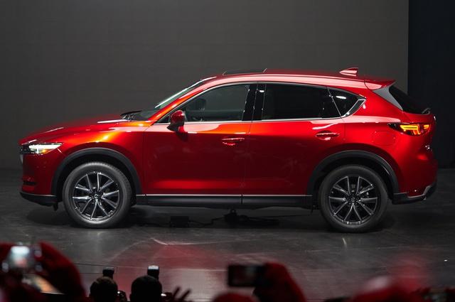 Tuy nhiên, so với Honda CR-V 2017, những thay đổi của Mazda CX-5 thế hệ mới không rõ rệt và ấn tượng bằng. Đặc biệt, Mazda CX-5 thế hệ mới không hề có động cơ tăng áp như đối thủ Honda CR-V 2017. Bù lại, Mazda CX-5 thế hệ mới có động cơ diesel trong khi Honda CR-V 2017 thiếu điều này.