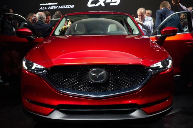Thêm vào đó là lưới tản nhiệt mới được mở rộng, nối với cụm đèn pha thanh mảnh hơn. Bên dưới là hốc gió kéo dài theo chiều ngang và khá hẹp khiến đầu xe của Mazda CX-5 trông như rộng ra.