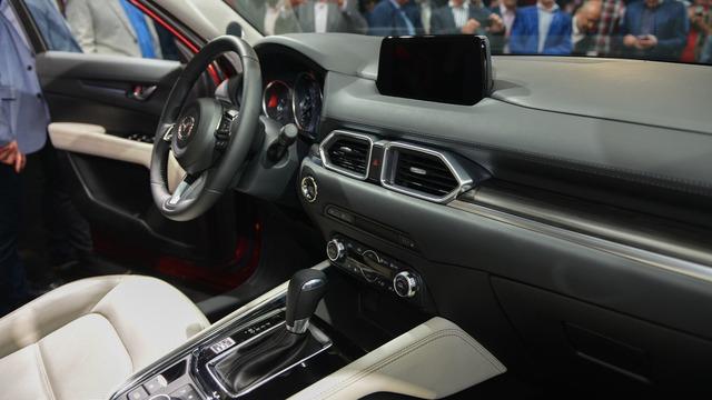 Trong khi đó, trên bảng táp-lô có màn hình 7 inch, gợi liên tưởng đến thiết kế của xe Mercedes-Benz. Dàn âm thanh Bose cao cấp 10 loa và hệ thống Mazda Connect hỗ trợ kết nối với điện thoại thông minh là những điểm nhấn khác về trang bị của Mazda CX-5 2017.