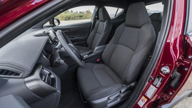 Bản XLE Premium cao cấp hơn có thêm màn hình phát hiện điểm mù, ghế trước sưởi ấm và đèn trên gương ngoại thất tạo ra dòng chữ Toyota C-HR trên mặt đất.