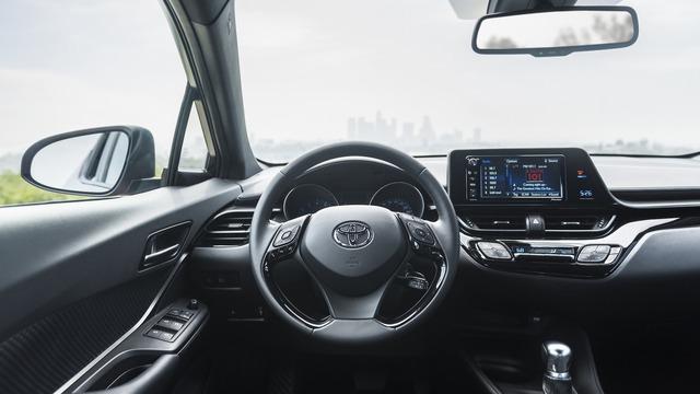 Trong đó, bản tiêu chuẩn XLE có những tính năng như điều hòa không khí, màn hình cảm ứng 7 inch và vành hợp kim 18 inch.