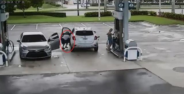 Tên trộm mở cửa bên lái và lấy cắp chiếc ví bên trong xe SUV. Ảnh cắt từ video
