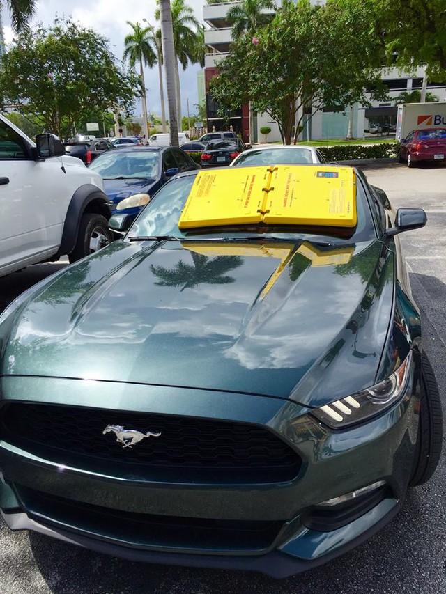 Một chiếc Ford Mustang có gắn vật thể lạ trên kính chắn gió.