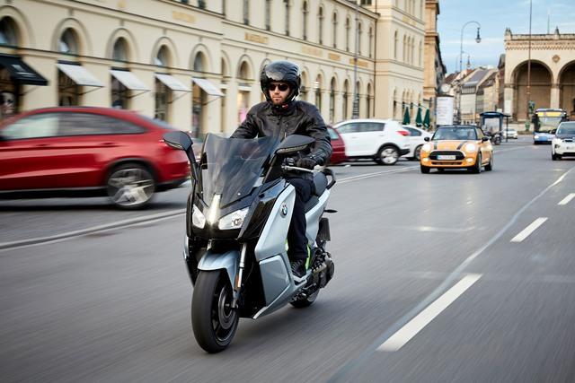Ở phiên bản 2017, BMW C Evolution được chia thành 2 loại theo công suất. Đầu tiên là BMW C Evolution 2017 với công suất tối đa 15 mã lực, vận tốc tối đa 120 km/h và phạm vi hoạt động 100 km trước khi hết pin. Phiên bản này của BMW C Evolution 2017 phù hợp với bằng A1 tại châu Âu.
