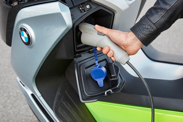 Ngoài hệ dẫn động mới, BMW C Evolution 2017 còn được nâng cấp cả thiết kế và đi kèm sạc có đường kính nhỏ hơn.