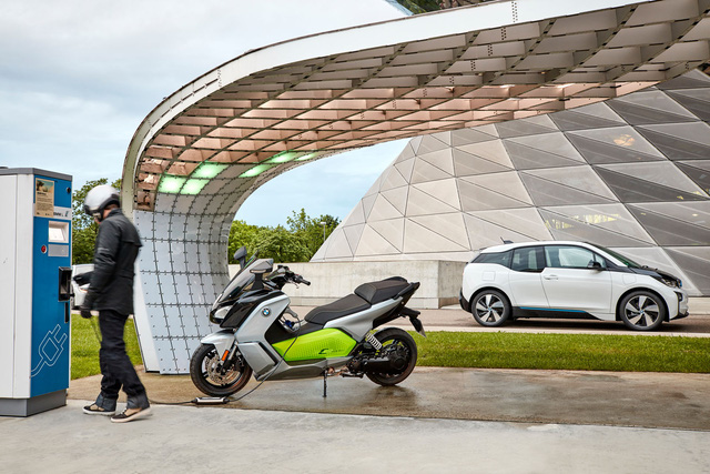 Điểm nhấn của BMW C Evolution 2017 chính là công nghệ pin mới thừa hường từ người anh em i3 nâng cấp. Với công nghệ pin mới, BMW C Evolution nâng cấp sẽ mạnh mẽ và dai sức hơn trước.