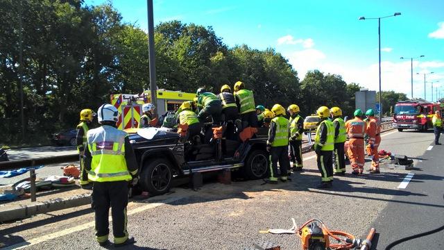 Lực lượng cứu hỏa phải cắt mui của chiếc Mercedes-Benz G63 AMG.