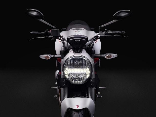 Trong khi đó, đèn pha, đèn xi-nhan và màn hình LCD trên cụm đồng hồ mang đến vẻ hiện đại, hợp thời cho Ducati Monster 797 2017.