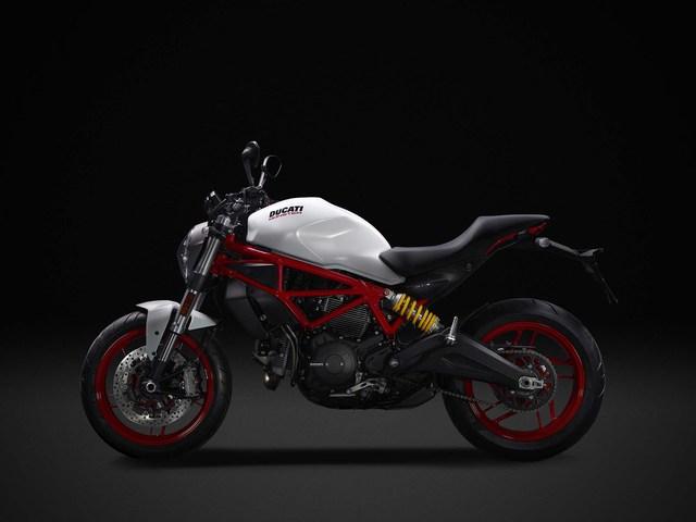 Về trang thiết bị, Ducati Monster 797 2017 đi kèm cặp đĩa phanh Brembo 320 mm với kẹp phanh nguyên khối 4 piston đằng trước. Bánh sau của Ducati Monster 797 2017 đồng hành với đĩa phanh đơn Brembo 245 mm. Cả hai đều có hệ thống chống bó cứng phanh ABS của Bosch tiêu chuẩn.