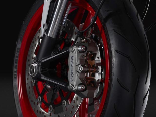 Tiếp đó là bộ vành hợp kim 10 chấu kết hợp với lốp Pirelli Diablo Rosso II có kích thước 120/70-17 trước và 180/55-17 sau.