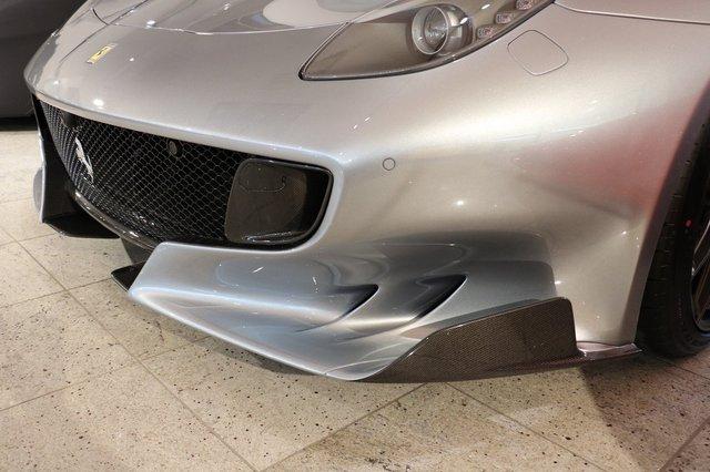 Chưa hết, chiếc F12tdf màu xám Grigio Titanio còn được trang bị gói phụ kiện bằng sợi carbon tùy chọn do chính hãng Ferrari sản xuất và lắp đặt. Gói phụ kiện này bao gồm cả chi tiết ở ngoại thất và nội thất.