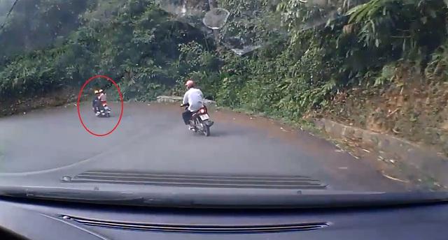 Chiếc Honda AirBlade chở 2 người đổ đèo. Ảnh cắt từ video