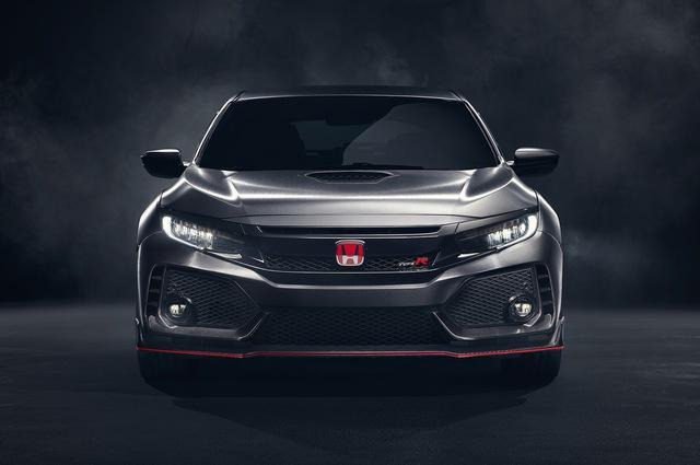 Qua những hình ảnh đầu tiên do hãng Honda cung cấp, có thể thấy Civic Type R 2018 được trang cánh gió trước cỡ lớn và hốc gió bổ sung ở hai góc cản va trước/sau. Ngay cả sau vòm bánh trước cũng có thêm hốc gió mới.